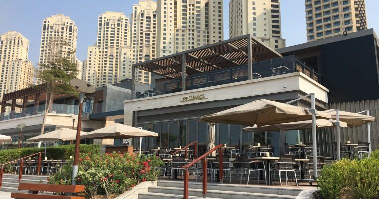 Вдоль линии пляжа располагается множество кафе и ресторанов