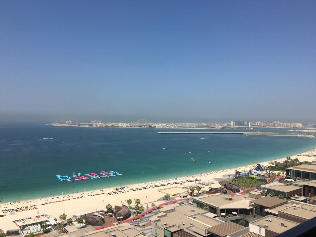 Вид на пляж Jumeirah Beach Residence с балкона отеля Sofiitel Dubai