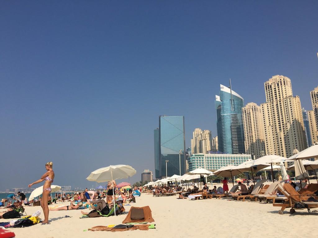 В сезон на пляже довольно много туристов, но нет ощущения переполненности благодаря очень длинной и широкой полосе пляжа