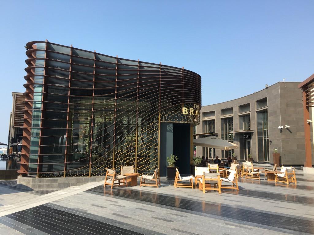 Вдоль линии Jumeirah Beach Residence располагаются бутики и рестораны