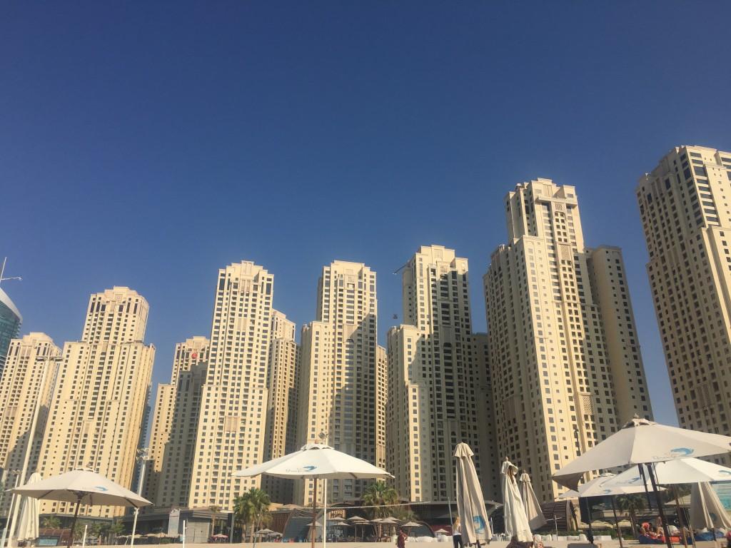 Высокие здания, подступающие к линии пляжасоздают необыкновенную картину