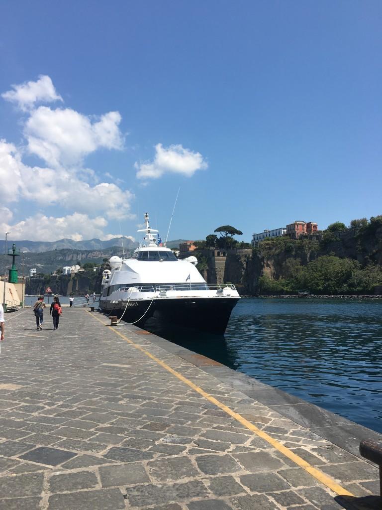 Паромы из Сорренто до Капри отходят примерно раз в полтора часа в дневное время.