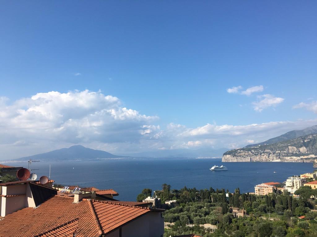 Самое яркое впечатление от Сорренто - это захватывающие виды на Неаполитанский залив и вулкан Везувий.