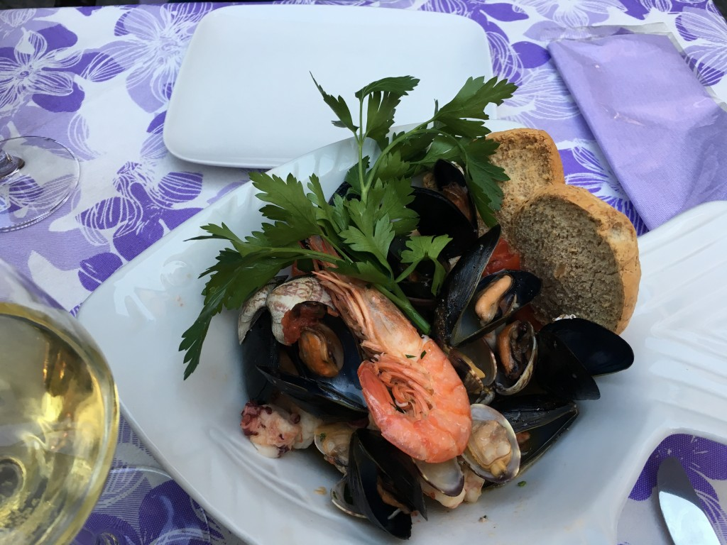 Цены на ужин в кафе в Сорренто начинаются примерно от 10 Евро с человека