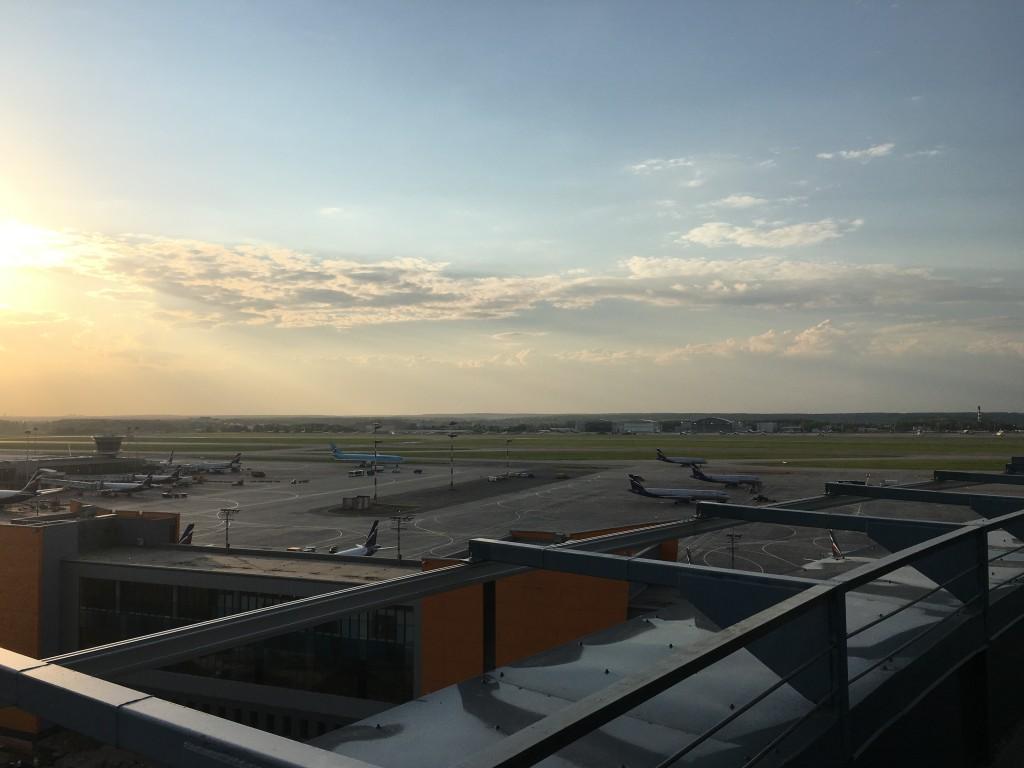 Ресторан отеля Radisson Blu Шереметьево с видом на взлетно-посадочную полосу аэропорта