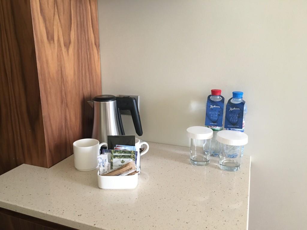 В номере есть электрический чайник, две бутылки воды (одна газированная, другая без)