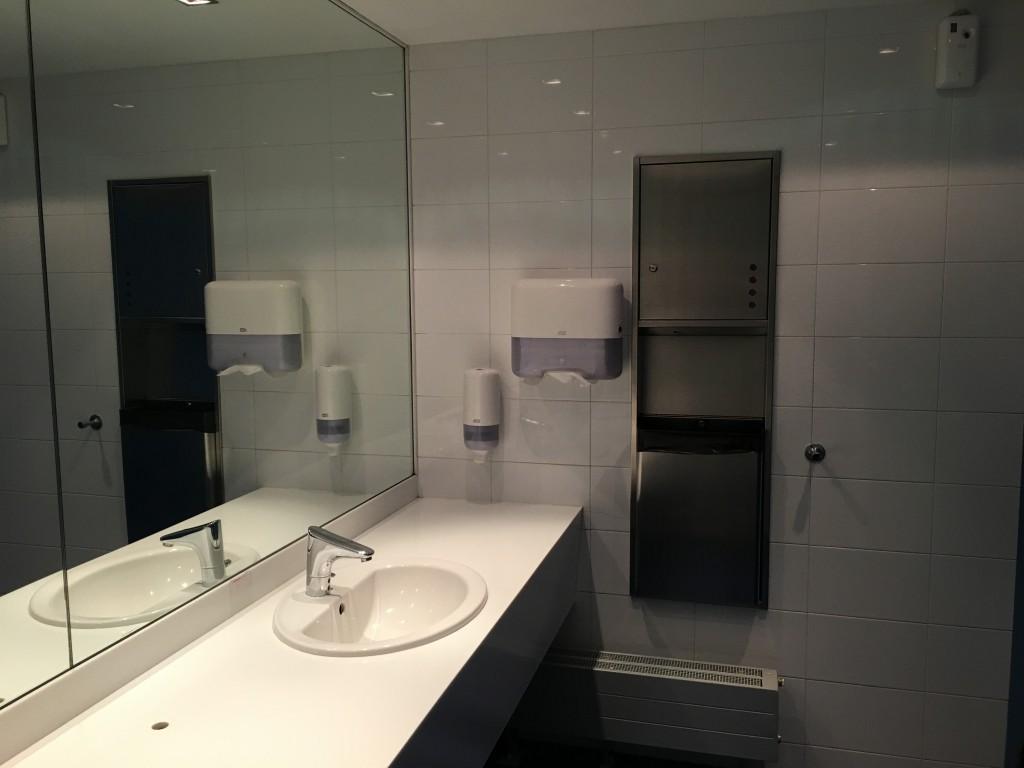 Туалетные комнаты довольно простые