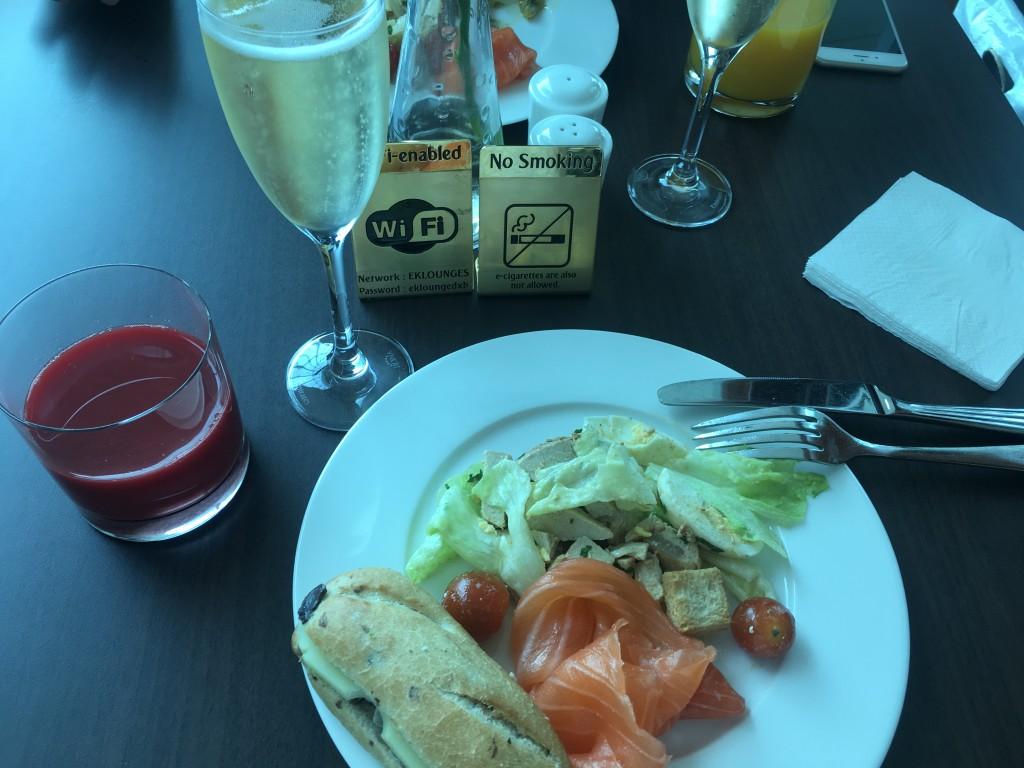 Питание в лаунже Emirates в Дубае