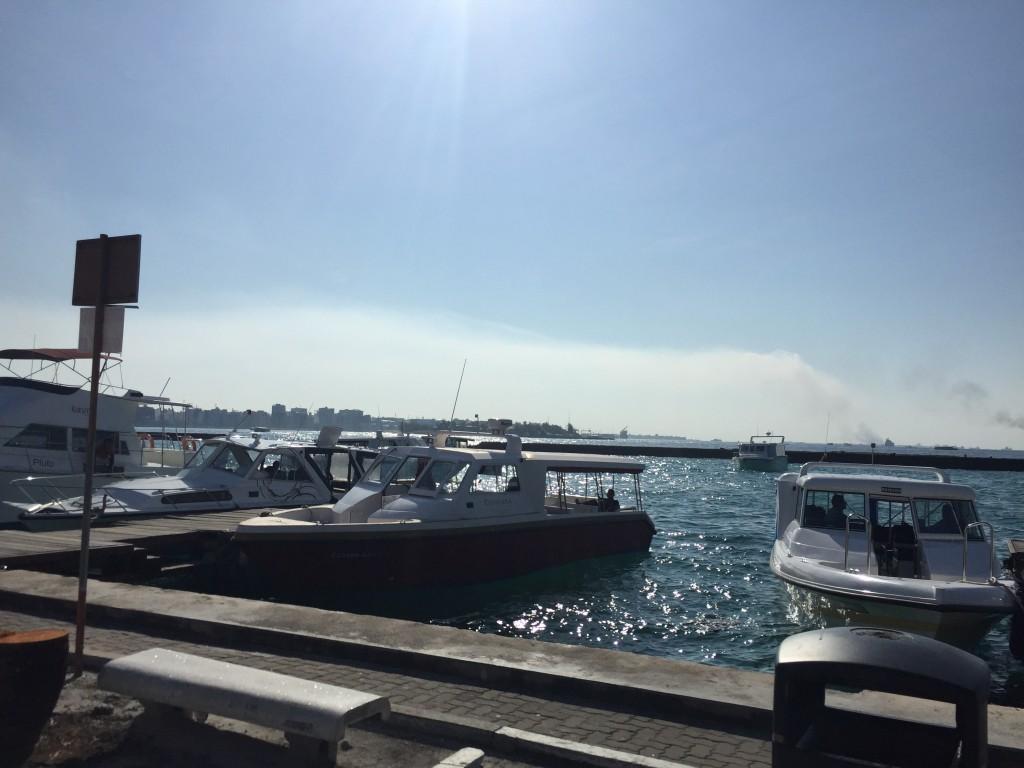 Лодки на пристани у аэропорта Мале