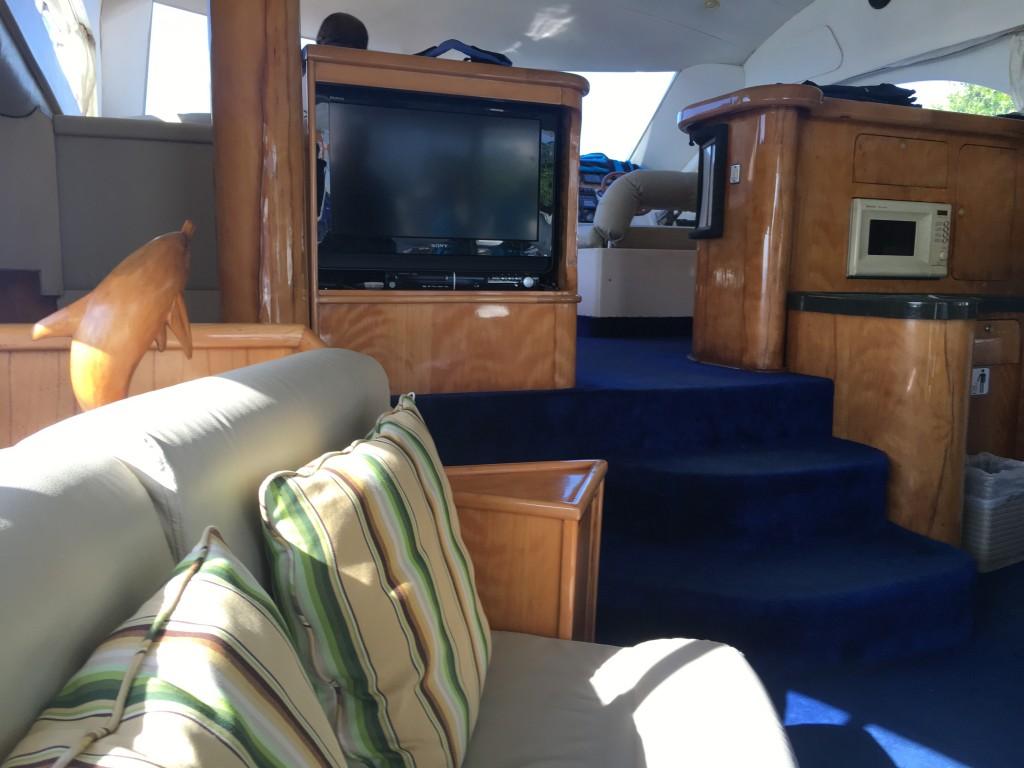 Трансфер был очень комфортным, яхта имела кондиционер, диваны , телевизор, кухню
