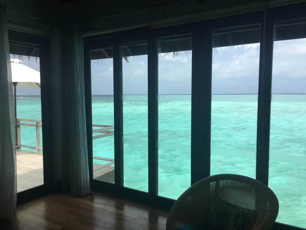 Вид из водной виллы на Мальдивах