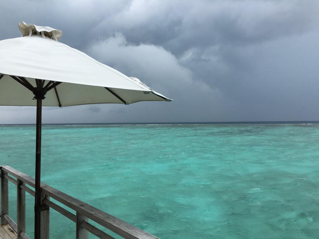В пасмурную погоду на водной вилле может быть неуютно