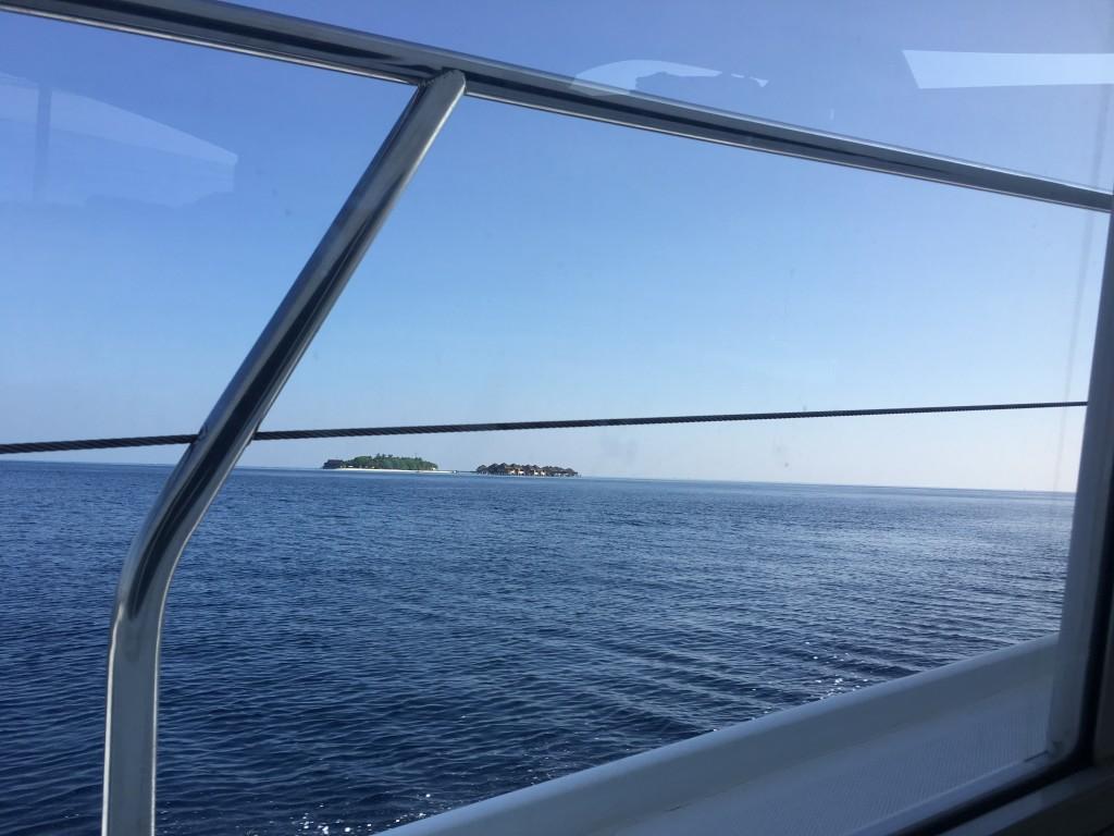 Вдали виднеются острова-курорты