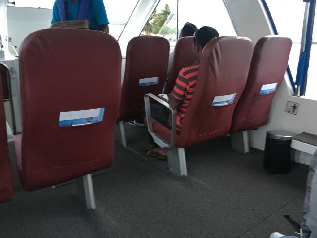 Трансфер на небольшой лодке на Мальдивах