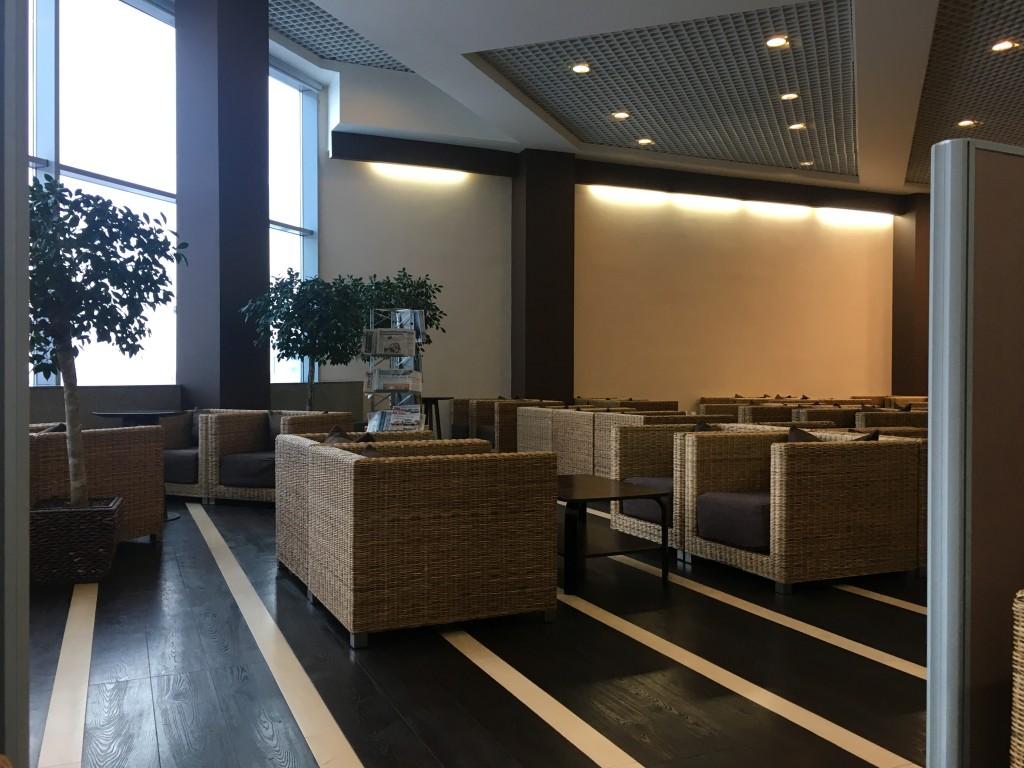 Зал выглядит современно и уютно