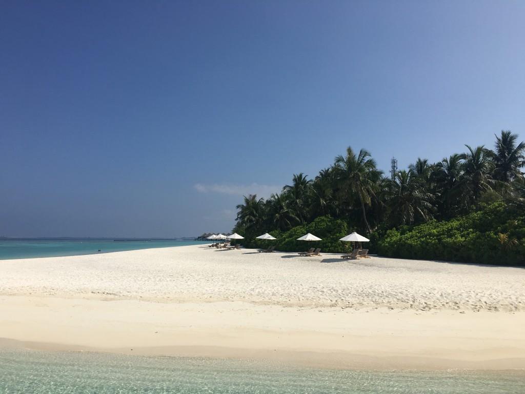 Отдых на Мальдивах проходит на одном острове, где нет супермаркетов и уличных кафе.