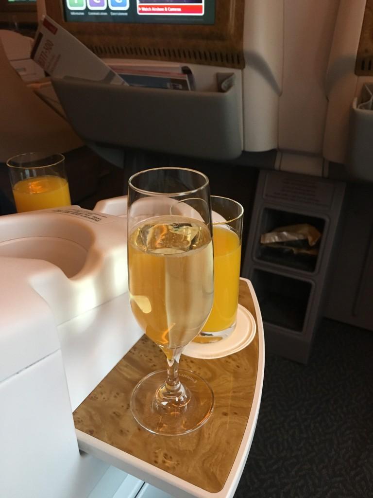 Приветственные напитки перед взлетом приносят в высоких бокалах