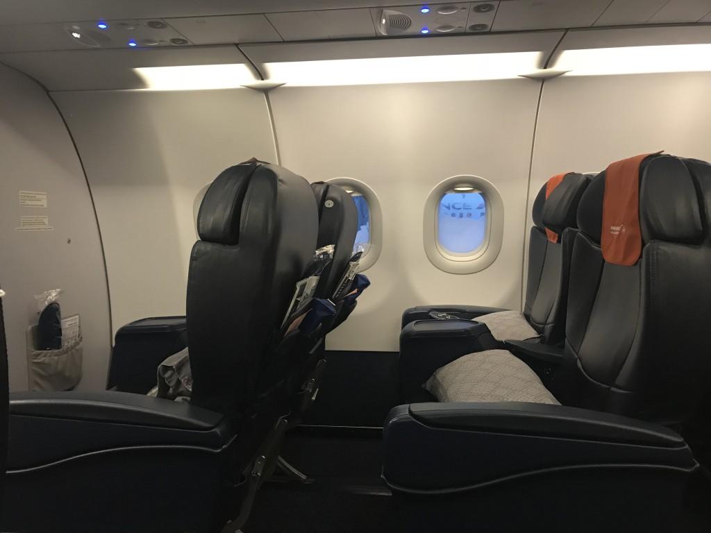 Шаг между креслами вполне комфортный для недальнемагистрального самолета