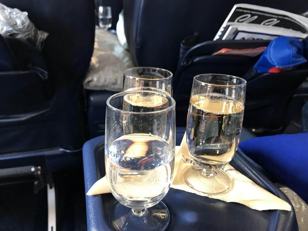 Шампанское перед взлетом подают в стеклянных, но не высоких бокалах.