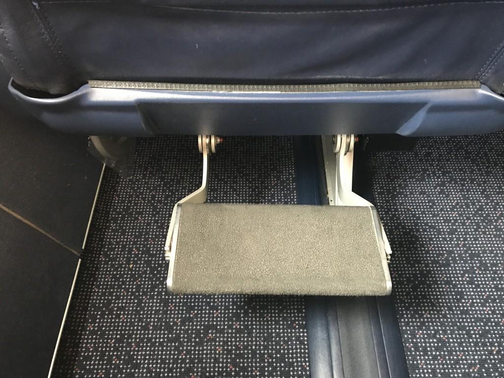 Впередистоящее кресло имело удобную подставку для ног. Но, все же, когда подставка является продолжением собственного кресла мне кажется более удобным.