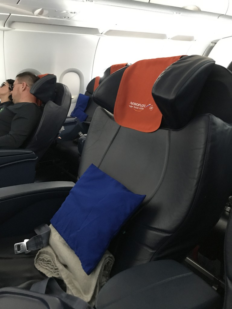 Кресла имеют удобный изгибающийся подголовник