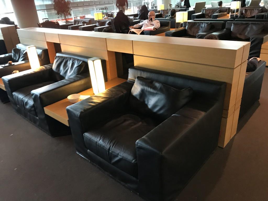 В лаунже установлены удобные кожаные кресла