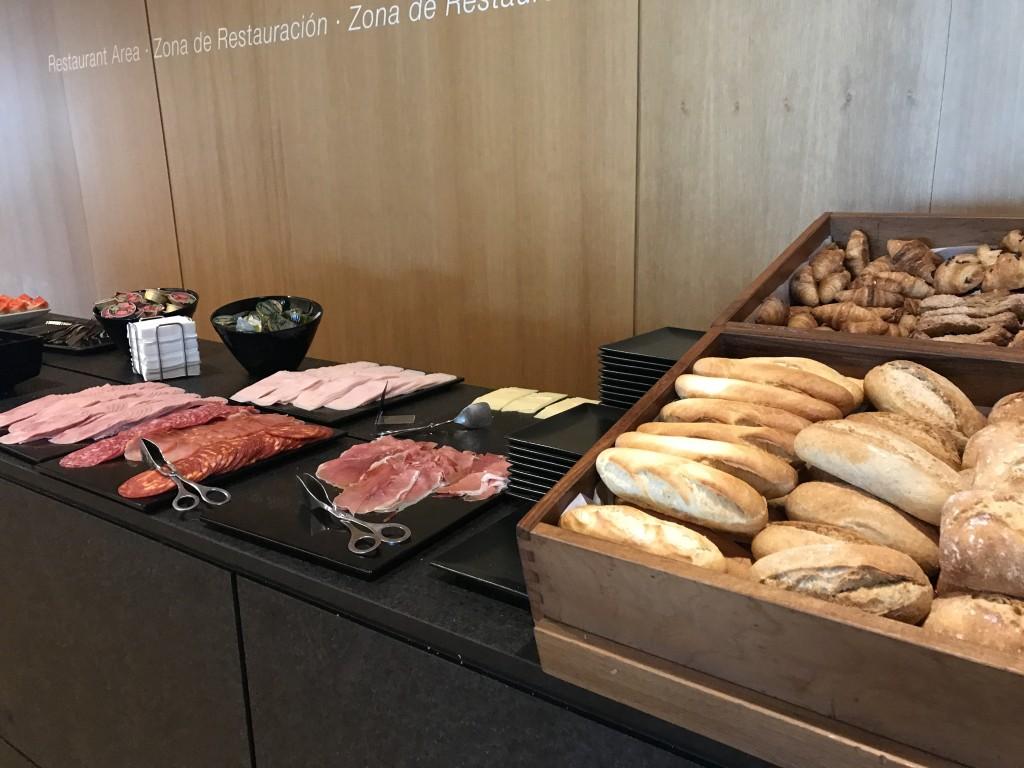 Еда в зале Priority Pass Барселоны