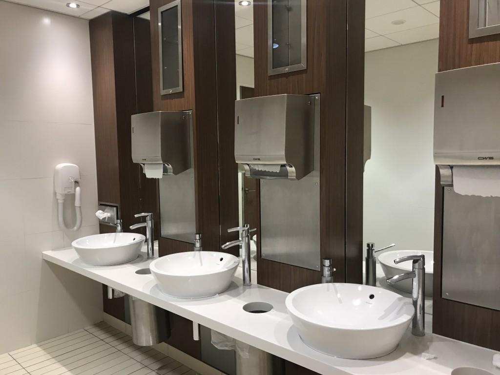 Туалетные комнаты имеют очень простой дизайн