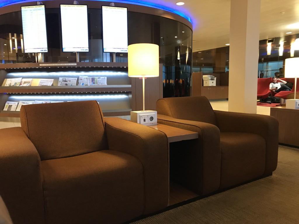Уютные кресла создают домашнюю атмосферу