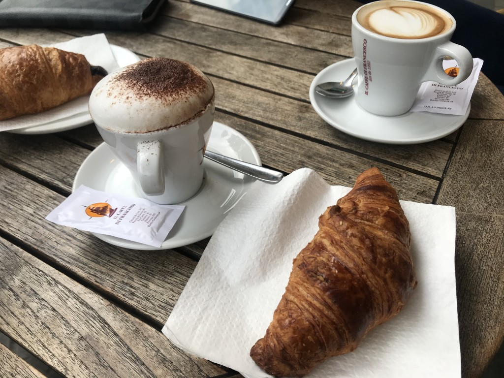 Кофе с круассаном. (кофе – 2,20 евро, круассан – 2 евро)