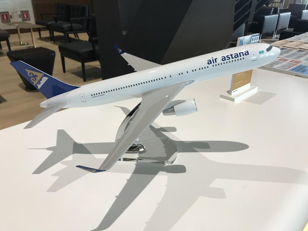 В зале расставлены миниатюрные самолеты Air Astana и авиакомпаний-партнеров